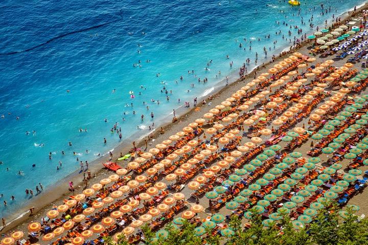 Massen an Touristen am Strand